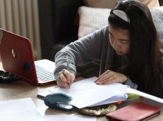 Una estudiant de batxillerat estudiant a casa com a conseqüència del confinament provocat pel coronavirus. (Emilia Guitérrez).