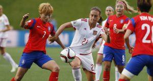 La jugadora d'Espanya, Alexia Putellas, disputa la pilota amb Jeon Gaeul de Corea del Sud (EFE).