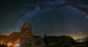 A la imatge, l'Arc de la Via Làctia sobre Torrebarrio (Lleó). (Aruixhu).