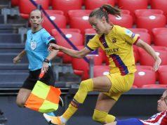 La jugadora del FC Barcelona Caroline Graham lluita amb Carmen Menayo, de l'Atelético de Madrid, durant l'encontre de quarts de final de la Lliga de Campions de la UEFA. (Miguel Toña / EFE).