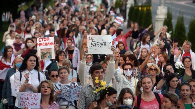 """Continuen les protestes a Minsk, la capital, per exigir la celebració de noves eleccions sota observació internacional. Les pancartes diuen: """"No ho oblidarem, detinguem la violència"""". (EFE/EPA/STRR)."""