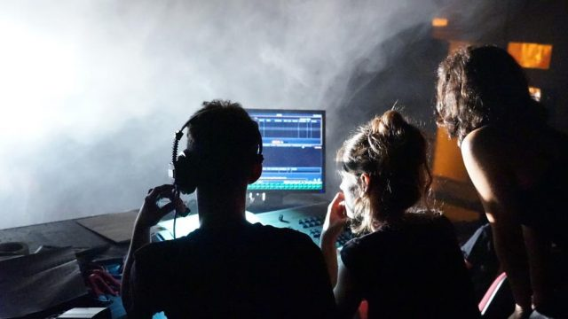 La ESTAE ofereix un títol propi per formar-se com a tècnic de l'espectacle en les especialitats de so, il·luminació o maquinària escènica (Institut del Teatre).