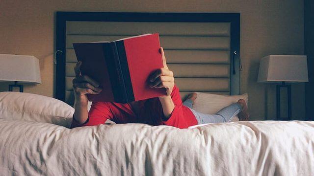 Llegir ens permet ampliar els nostres coneixements. (PxHere).