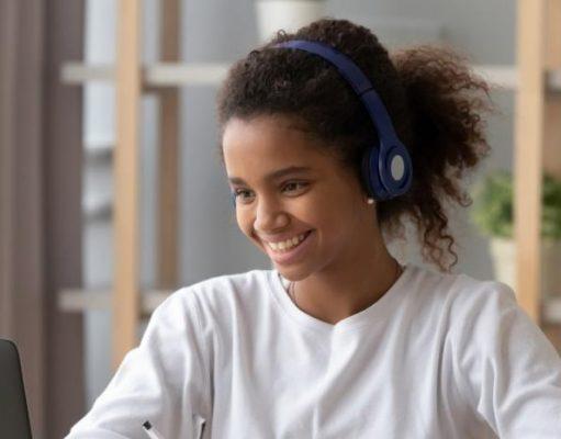 Una estudiant assisteix a classes online. (Fizkes).