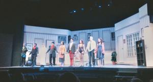 Els actors de l'obra de teatre 'Pel davant i pel darrere' al moment final de la funció, saludant al públic mentre aquest aplaudia (Víctor Páez)
