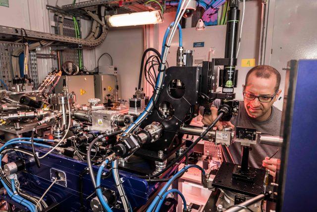 Un dels científics treballant al Sincrotró ALBA