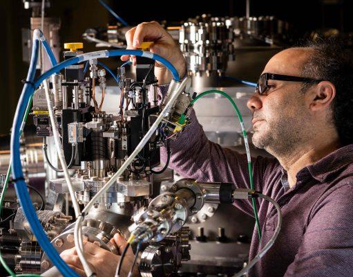 Massimo Tallarida, investigador de la línia de llum LOREA especialitzada en l'estudi de materials avançats, comprovant components instal·lats en la línia de llum.