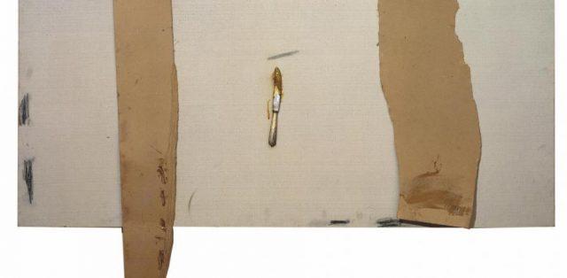 Ganivet i troços de cartró, obra d'Antoni Tàpies