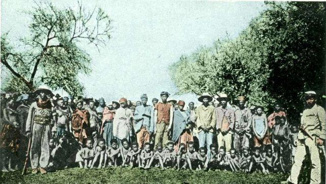 Aquesta foto acolorida mostra un grup de presoners de guerra, detinguts després de les revoltes de la població local contra les autoritats d'Àfrica del Sud-oest Alemanya.