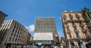 Façana en procés de rehabilitació del Col·legi d'Arquitectes de Catalunya (COAC), amb seu a Barcelona.