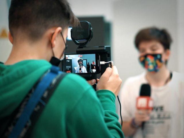 Redactors del projecte Revista Escolar Digital (RED) cobrint la Fira MAC Audiovisual celebrada a Granollers (Enirque Frisancho).