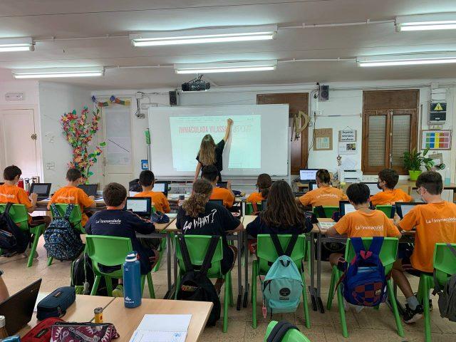 La redacció escolar de la revista La Immaculada Vilassar Report durant una sessió formativa inclosa al projecte Revista Escolar Digital (RED)